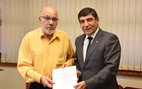 Reitor da UPF recebe professor jubilado Sérgio Lima