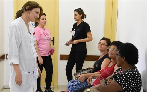 Alunos e professores realizam ação do Outubro Rosa no Hospital de Olhos