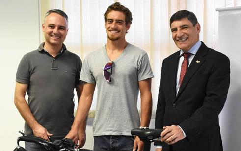UPF renova apoio ao triatleta Gustavo Henz