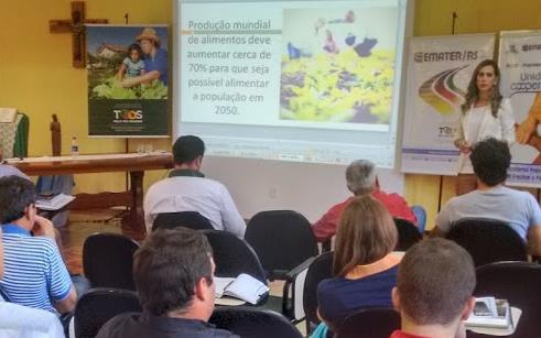Docentes do curso de Logística da UPF participam de seminário de cooperativismo