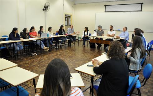 Pesquisador francês conversa com alunos do PPGCTA