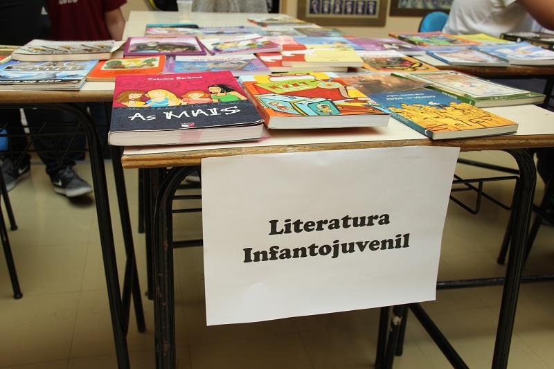Quinze dias antes do evento, os estudantes trocam livros por fichas e, no dia do evento, 23 de abril, eles poderão trocar essas fichas por outros livros